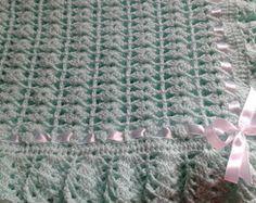 Manta verde para bebê em crochê Knitted Baby Blankets, Baby Blanket Crochet, Crochet Baby, Crochet Throws, Baby Patterns, Sewing Patterns, Crochet Patterns, Knit Or Crochet, Crochet Dolls