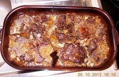 PEČENÝ DIVOČÁK - Na dno plechu dáme trochu nastrouhané zeleniny, já měla zeleninu s cibulí, česnekem a slaninou, vše promíchané v jedné misce. Na zeleninu... Pork, Beef, Cooking, Kochen, Kale Stir Fry, Meat, Kitchen, Pigs, Ox