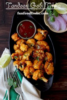 Tandoori Gobi Tikka makes a delicious and healthy snack to accompany drinks or the evening cup of tea. Find how to make tandoori gobi tikka recipe. Indian Food Recipes, Asian Recipes, Vegetarian Recipes, Cooking Recipes, Ethnic Recipes, Vegetarian Appetisers, Indian Foods, Savoury Recipes, Vegan Snacks