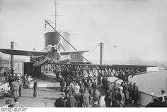 """Un hidroavión-correo Heinkel He12 aguarda el momento de su lanzamiento desde la catapulta del buque alemán """"Bremen"""" en el año 1931"""