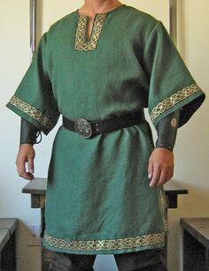 Oui, il sadapte bien pour un roi, Seigneur, chevalier, Noble ou Costume de Viking.  Oui, il est fait pour intérieur et extérieur utilise.  Oui, seulement les meilleurs tissus disponibles sont utilisés. (Pas de trucs soyeux mince)  Oui, chaque article est Unique.  Oui, chaque éléments sont à chercher aussi réels que Possible.  Oui, il peut être utilisé avec tous nos pantalons, ceintures ou brassards en magasin.  Oui, les garnitures sont Jacquard galons avec Golden brodé de marches…