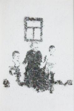 """Gil Gijón - Obra """"Ramona y sus nietos frente a la ventana de su casa en la calle Tarragona."""" (2014) Marco: 30 x 21 cm. Retrato: 15 x 7,5 cm. Polvo adherido sobre acetato."""