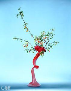あまりにもかわいらしいぐみの実に一目惚れしました。実の色の動きだけでウキウキとした気持ちになります。器も同系色でまとめ、爽やかにいけました。花材:ぐみ、ダリア 花器:自作ガラス花器 I fell in love at first sight with such lovely elaeagnus. Just the movement of brightly-colored berries is enough to create an uplifting atmosphere. The color of the vase unifies the red for a refreshing feeling. Material:Elaeganus, Dahlia Container:Self-made glass vase  #ikebana #sogetsu