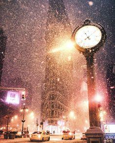 Snow globe. ☃️ (Flatiron, New York City in a blizzard) (at New York, New York)