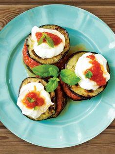 Μελιτζάνες με σάλτσα ντομάτας και αρωματικό γιαούρτι - www.olivemagazine.gr