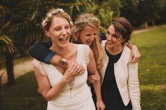 Fou rire pour cette mariée et ses témoins, lors de cette journée de mariage, près de Bordeaux.