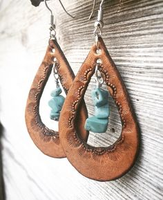 Hand Tooled Teardrop Shaped Chestnut Brown Leather Earrings Boucles d& en cuir marron châtaigne Diy Jewelry Unique, Diy Jewelry Making, Custom Jewelry, Jewelry Crafts, Fine Jewelry, Handmade Jewelry, Handmade Bracelets, Gold Bracelets, Leather Jewelry Making