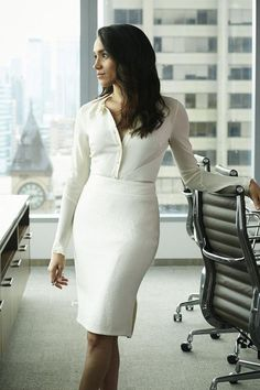 Power Dressing Lessons We Learned From Meghan Markle 4 power dressing lessons we learned from Suits star Mehan Markle << Career Girl Daily Trend Fashion, Fashion Mode, Office Fashion, Suit Fashion, Work Fashion, Royal Fashion, Spring Fashion, Lawyer Fashion, Womens Fashion