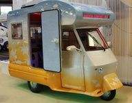 L'Ape Camper - A mini-caravan built atop a Piaggio Ape Brunetta chassis! I need to buy one Caravan Scooter like this, where do i find one please? Mini Camper, Mini Caravan, Camper Caravan, Retro Campers, Cool Campers, Camper Trailers, Small Campers, Bike Trailer, Vintage Campers