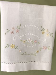 Hand Embroidery Projects, Flower Embroidery Designs, Free Machine Embroidery Designs, Hand Embroidery Patterns, Ribbon Embroidery, Floral Embroidery, Cross Stitch Embroidery, Crochet Bedspread, Embroidered Towels
