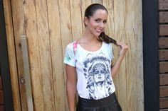 look-camiseta-india-dudabella-saia-couro-3