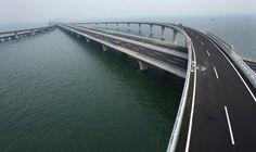 Dünyanın en uzun köprüsü olan Jiaozhou Körfezi Köprüsü Çin'de açıldı. 42 km uzunluğundaki köprü 30 metre genişliğnde ve toplam 8 şeritli. 5 bin sütunun taşıdığı köprünün maliyeti yaklaşık 1.5 milyar dolar. Yapımı 4 yıl süren köprü kendinden önceki en uzun köprüden 6 km daha uzun. Dünyanın en uzun 3 köprüsüde Çin'de bulunuyor: 1. Jiaozhou Körfezi …