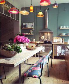 objets et meubles chinés ou crées sur mesure. tissus et papiers peints vintage ou d'éditeurs. décoration d'interieur. banc vintage, chaises, banquette