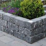 Voor het maken van verhoogde tuin borders maakt u gebruik van stapelblokken of stapelelementen Delft, Garden Projects, Sidewalk, Home And Garden, Backyard, Raised Gardens, Balcony, Gardening, Facebook