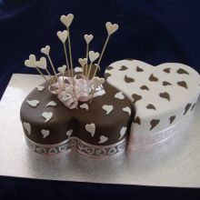 Here are the most amazingly wonderful looking that the most heavenly tasting Engagement Cakes and Cupcakes you can order in and Around Mumbai. Anniversary Cake Designs, Happy Anniversary Cakes, Wedding Anniversary Cakes, Engagement Cake Design, Engagement Cakes, Oval Engagement, Engagement Photos, Extreme Cakes, Twin Birthday Cakes