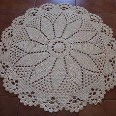 Tapete Redondo Floral Cru 80 cm Crochet Doily Rug, Crochet Carpet, Crochet Round, Free Crochet, Crochet Baby, Crochet Patterns, Wool Rug, Wool Felt, Crochet Home Decor