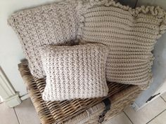 Three different cushion covers, all done in basic stitches: single crochet, alternating double crochet and single crochet for the rectangular one. And alternating half double crouchet and slip stitch for the small square. I haves a hook 10 and superbulky yarn
