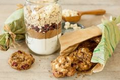 Holiday Oatmeal Cookie Mix // Looking for fun culinary gifts to give this holiday season?