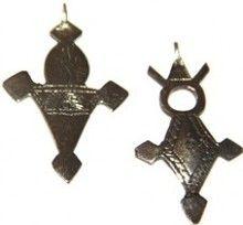 """tuareg 50x30mm, paso 1mm,  12,00 €. la Cruz Tuareg no es una interpretación cristiana; de hecho, los brazos de la cruz representan los brazos protectores de Alá, que se cree para proteger al portador del mal. Los colgantes tuareg suelen ser bastante simple en su diseño, con inscripciones grabadas derivadas de antiguos textos Tuareg - siendo el más común """"Dios es el centro de mi ser, yo soy uno con Dios"""". http://nellass.com/categories/CUENTAS-DE-%C3%81FRICA/-Tuareg/"""