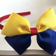 Tiara Diy Crafts For Gifts, Crafts To Make And Sell, How To Make Bows, White Hair Bows, Diy Hair Bows, Hair Ribbons, Ribbon Bows, Snow White Hair, Baby Hair Bands