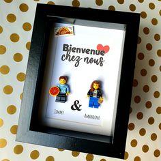 Un portrait de couple, un cadeau original, rigolo et romantique ! A composer en ligne sur le site des Portraits de Felie !#cookie #rencard #annecdotes #annecdote #personnalisable #LesPortraitsdeFelie #Famille #Cadeau #Cadre #Portrait #Minifigs #couple #pizza #original #atypique #cadeauatypique #cadeaumemorable #custom Point D'interrogation, Cookie, Creations, Pizza, Frame, Home Decor, Family Portraits, Quirky Gifts, Father's Day