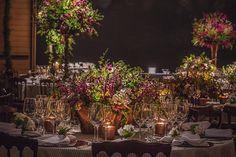 Verde, bordô, amarelo e cobre! Lindas mesas de jantar que fizemos para um super casamento!!! @todadebranco @andrepedrotti @sriluminacao @festahmoveis @sriluminacao @blenderheadstudio @mesalinho #weddingdecor #wedding #mbacellarfestas #mbacellar #casamento #party #flores #flowers #cobre
