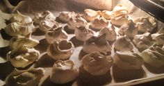 Zutaten 2 Eiweiße 1/4 Becher Zuckerersatz 1 TL Vanille oder Zitronenaroma Zubereitung Eiweiße schlagen und langsam den Zuckerersatz hinzufügen. Solange schlagen bis sich eine weisse, glänzende Masse bildet. Die Aromen einrühren. Backblech mit Backpapier auslegen und kleine Busserl auf das Backbleck formen. (Am besten mit so einem Dings, dessen Namen ich vergessen habe) Ofen auf … Keto Snacks, Stuffed Mushrooms, Pudding, Vegetables, Desserts, Recipes, Food, Vanilla, Sheet Pan