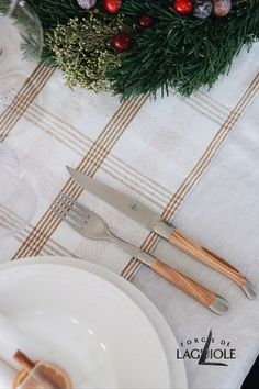 Are you looking for ideas how to decorate your dinner table on Christmas? How about this classic but still modern setting with Forge de Laguiole! #forgedelaguiole #laguiole #laguioleknife #laguioleknives #tablesetting #christmas #christmasdinner #christmastable #cutlery #tabledecor #holiday