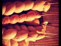 Baguettes de pain ou pains sur brochette #recette : oe-dans-leau.com/cuisine-meme-moniq/2013/04/des-baguettes-de-pain/ #cuisine #faitmaison #pain #italien #salé
