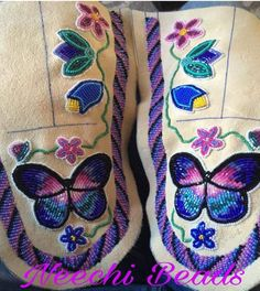 Native Beading Patterns, Bead Embroidery Patterns, Native Beadwork, Native American Beadwork, Beaded Embroidery, Baby Moccasin Pattern, Beaded Moccasins, Bead Sewing, Bracelet Crafts