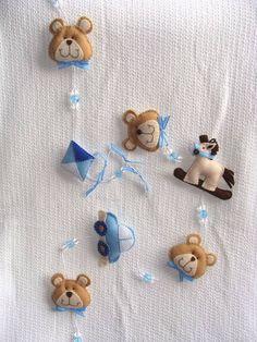 Pingente para cortina confeccionado em feltro e contas de acrílico. Pode ser feito com outros temas.