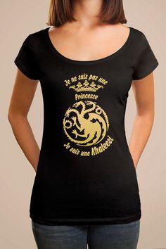 """Tee shirt personnalisé emblème """"Je ne suis pas une princesse... Je suis une Khaleesi !"""", inspiré de l'univers fantastique de la célèbre série Game of Thrones. Ce tee shirt personnalisé original femme est pour toutes les fans de la mère des Dragons, Daenerys Targaryen !"""