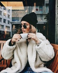 Beanie Outfit - beanie + teddy coat = chic winter outfit idea for women in their and Winter Outfits For Teen Girls, Chic Winter Outfits, Fall Outfits, Winter Outfits Women 20s, Beanie Outfit, Mode Outfits, Fashion Outfits, Womens Fashion, Fashion Trends