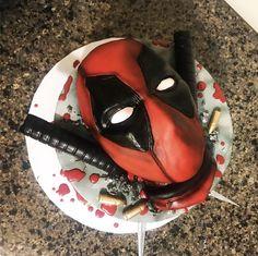 A friend of mine made this Deadpool cake thought I'd share x Cute Deadpool, Deadpool Cake, Deadpool X Spiderman, Deadpool Tattoo, Deadpool Costume, Deadpool Movie, Spiderman Dancing, Spiderman Cute, Cupcake Cakes