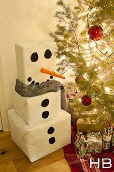 Christmas Gift Wrapping Ideas: White wrapping paper and black circles turn 3 plain boxes into an adorable snowman. You can make the circles out of black craft paper. Roll orange craft paper into a pointed tube to make the nose. Noel Christmas, Christmas Projects, All Things Christmas, Holiday Crafts, Holiday Fun, Christmas Ideas, Christmas Traditions, Christmas Paper, Christmas Morning
