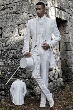 Baroque groom suit made of white jacquard fabric. This vintage costume is a Napoleon collar frock coat with silver embroidery, chest pocket, tailoring pockets with stylish inclined flaps and a closing brooch. White Wedding Suits For Men, White Suits, Wedding Men, Mens Fashion Suits, Mens Suits, Groom Suit Vintage, Costume Blanc, Style Costume Homme, Gothic Shirts