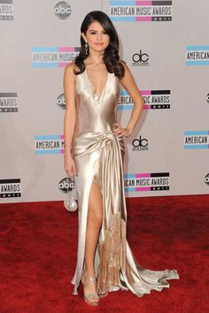Selena Gomez and Justin Bieber cozy up at AMAs