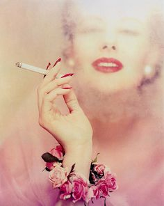 Smokingly beautiful... #vintage #fashion #1950s #nails