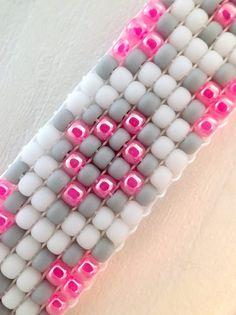 Beaded Bracelet Loom Bracelet Pink and Gray Pattern Perlen Armband Webstuhl Armband Pink und Grau Muster Loom Bracelet Patterns, Bead Loom Bracelets, Bead Loom Patterns, Jewelry Bracelets, Stackable Bracelets, Flower Patterns, Native Beading Patterns, Beaded Jewelry Patterns, Armband Pink