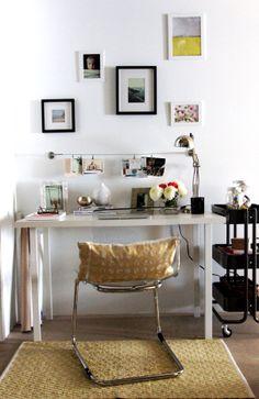 Bijzondere samenstelling van meubels, waardoor er geen doorsnee werkplek ontstaat. Wit, zwart en goud.