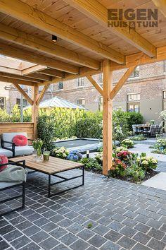 De weergoden voorzien ons niet altijd van tropisch zomerweer. Gelukkig kun je de natuur een handje helpen door het buiten zelf iets aangenamer te maken. Wij geven je een aantal tips! | With these 5 tips you don't want to leave the garden anymore! | #ehet #eigenhuisentuin #styling #decoratie #decoration #inspiratie #inspiration #interior #interieur #garden #tuin #gardeninspiration #tuininspiratie  #gardendesign #tuinstyling #gardenlovers #gardenideas #veranda #overkapping| Eigen Huis & Tuin Beach Gardens, Building A House, Pergola, New Homes, Backyard, Outdoor Structures, Patio, Outdoor Pergola, Build House