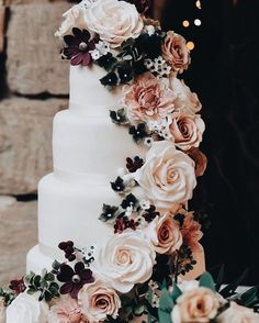 45 Simple, Elegant, Chic Wedding Cakes These gorgeous wedding cake pictures are sure to inspire your wedding cake design. From simple to elegant to chic wedding cakes, there is something for every taste - no pun intended. Wedding Goals, Chic Wedding, Perfect Wedding, Fall Wedding, Rustic Wedding, Our Wedding, Wedding Planning, Dream Wedding, Wedding Ceremony