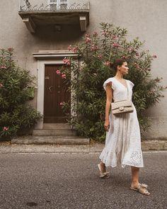 Das hochwertige Kleid aus 100% Baumwolle mit Broderie Anglaise ist das perfekte Sommerkleid, welches zu vielen Anlässen wie einer Gartenparty, der Hochzeit oder dem Stadtbummel passt. #spitzenkleid #lochspitze #sommerkleid #kleidertrends #ayenlabel Trends, Models, Vogue, Lace Skirt, White Dress, Skirts, Outfits, Dresses, Summer