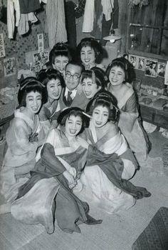 永井 荷風:なんだか変人作家らしい。昔な文学興味ないのだけど、俄然興味出る写真。 Japanese Geisha, Japanese Beauty, Vintage Japanese, Japanese Girl, Vintage Pictures, Old Pictures, Old Photos, Japanese History, Japanese Culture