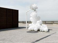Инсталляции из белых надувных шаров от Charles Pétillon (Интернет-журнал ETODAY)