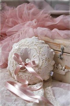 Find images and videos about pink, vintage and shabby chic on We Heart It - the app to get lost in what you love. Romantic Cottage, Shabby Chic Cottage, Shabby Chic Homes, Shabby Chic Decor, Shabby Chic Pillows, Romantic Getaway, Rosa Shabby Chic, Estilo Shabby Chic, Vintage Shabby Chic