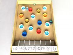 ペットボトルキャップと空き箱で作る、手作りゲーム。予測できないビー玉の動きが、おもしろさのポイント♪目指せ高得点!シンプルで幅広い年齢で楽しめそうな遊び。