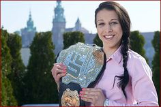On June a European - Joanna Jedrzejczyk - will defend a UFC title in front of a European crowd for the first time since records began. Mma Girl Fighters, Female Mma Fighters, Ufc Fighters, Female Fighter, Ronda Rousey Wwe, Ufc Titles, Self Defense Martial Arts, Ufc Women, Fitness Women