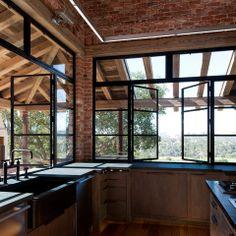 D'immenses fenêtres et une cuisine de style atelier.
