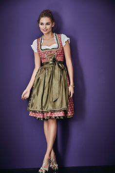 Himbeerfarben, mit süßem Herzchenmuster- modisch kombiniert mit einer olivfarbenen Schürze, abgerundet durch olivfarbene Details wie den Rüschenkanten am Ausschnitt und am Saum und der Schnürung an der vorderen Mitte. Tricky: Die Schnürung verdeckt den Reißverschluss.   #oktoberfest #wiesn #impressionen #trends #fashion #dirndl #trachten #ozapftis #münchen #theresienwiese #lederhose #krachlederne German Women, Traditional Outfits, Get The Look, Two Piece Skirt Set, Summer Dresses, Fabric, Skirts, Frocks, Vintage